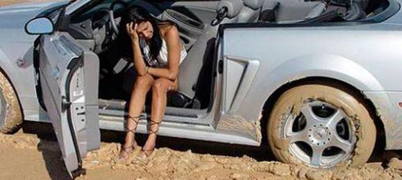 Женщина за рулем. Застряла.