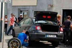 Водитель Фольцвагена снимает колеса вмести с блокиратором