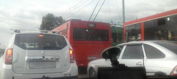 Пробка. Красный автобус.