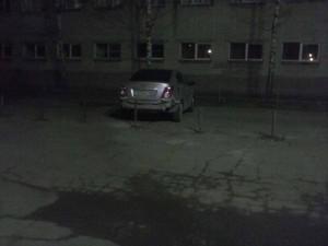 Заблокировали автомобиль возле школы столбиками. Фото nilbug.ru